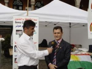 مدير مؤسسة سما الاستاذ عارف رمضان امام جناح المؤسسة في اوسلو