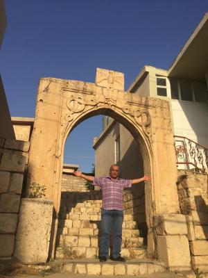 الكاتب عصمت شاهين امام بوابة العمادية