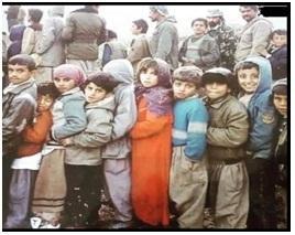 صورة لمجموعة من الأطفال الكورد الابرياء  وهم يبتسمون ولا يعوون وحشية جلاديهم كيف يسوقونهم مع ذويهم الى مسالخ الانفال السيئة الصيت في 1988.