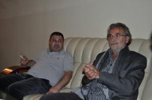 الشاعر فتح الله حسيني اثناء استقبال مالفا في مطار السليمانية